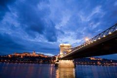 Budapest par nuit/passerelle à chaînes Image libre de droits