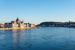 Budapest parlament, Łańcuszkowy most i pałac przy rzecznym Dan fotografia stock