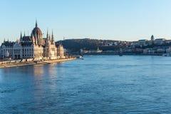 Budapest parlament, Łańcuszkowy most i pałac przy rzecznym Dan obrazy stock