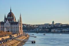 Budapest parlament, Łańcuszkowy most i pałac przy rzecznym Dan fotografia royalty free
