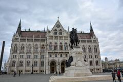 Budapest parlament i statua od strony zdjęcia stock