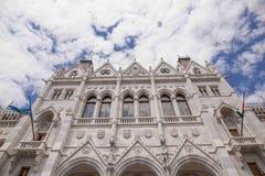 Budapest-Parlament mit schönen Wolken und Himmel im Hintergrund Stockfotos