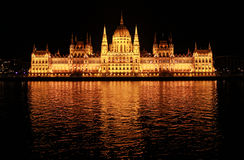 Budapest-Parlament nachts stockbild