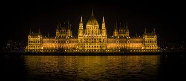 Budapest parlament och Danube River i natten Arkivbilder