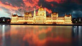 Budapest - parlament på solnedgången - tidschackningsperiod arkivfilmer