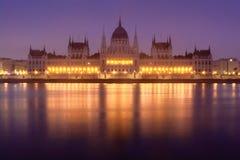 Budapest parlament som bygger frontal sikt i mist Royaltyfria Foton