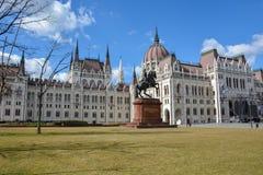 Budapest parlament z jeźdza niebieskim niebem i statuą obraz royalty free