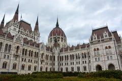 Budapest parlament z krzakami w przodzie z chmurnym niebem obrazy royalty free