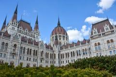 Budapest parlament z krzakami w przodzie z niebieskim niebem obraz royalty free