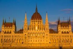 Budapest-Parlaments-Gebäude belichtet während des Sonnenuntergangs mit der Donau, Ungarn, Europa Stockbild