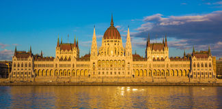 Budapest-Parlaments-Gebäude belichtet während des Sonnenuntergangs mit der Donau, Ungarn, Europa Lizenzfreie Stockfotos
