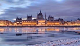 Budapest-Parlamentsgebäudefrontansicht im Winter stockfoto