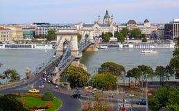 Budapest - pejzaż miejski z łańcuszkowym mostem zdjęcie stock