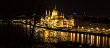 Budapest por la noche, el parlamento de Hundarian Foto de archivo