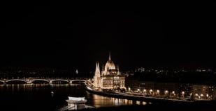 Budapest por la noche, el parlamento húngaro Fotos de archivo