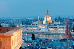 Budapest por noche, el parlamento y el balcón Fotos de archivo libres de regalías