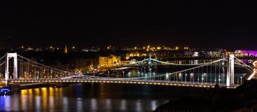 Budapest por noche, Elisabeth Bridge Imagenes de archivo
