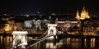 Budapest por noche, puente de cadena Imagenes de archivo