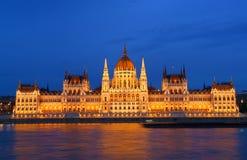 Budapest - przy półmrokiem Węgierski parlament obraz royalty free