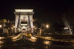 Budapest, puente de cadena en la noche Imagen de archivo libre de regalías