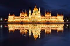 Budapest - reflexão húngara de parliament.with dentro imagem de stock