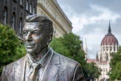 Budapest, Ronald Reagan Statue e o parlamento Fotografia de Stock Royalty Free