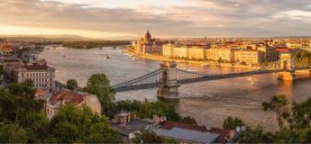 Budapest s'est allumé par dernière lumière du soleil Images libres de droits