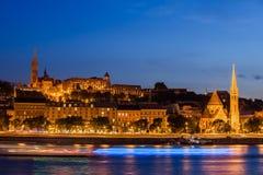 Budapest stad från Danube River på natten Arkivbilder
