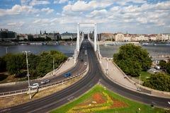 Budapest stadshorisont med Elisabeth Bridge Royaltyfri Fotografi