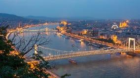 Budapest-Stadt an der blauen Stunde mit belichteter Hängebrücke und Erzsebet Bridge auf der Donau, malerisches Abendstadtbild stockfotografie