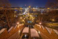Budapest, Ungarn - Ansicht von Buda Castle Hill an der blauen Stunde mit beweglichen Seilbahnen, Szechenyi-Hängebrücke lizenzfreie stockfotos