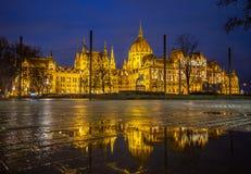 Budapest, Ungarn - belichtetes Parlament von Ungarn an der blauen Stunde stockbilder
