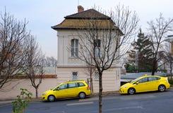 BUDAPEST, UNGARN - 21. DEZEMBER 2017: Gelbe Taxis, die Passagiere erwarten Stockbilder