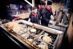 BUDAPEST, UNGARN - 8. DEZEMBER 2016: Langos-Straßen-Lebensmittelverkäufer a Stockfotografie