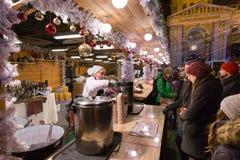 BUDAPEST, UNGARN - 8. DEZEMBER 2016: Touristen, die Glühwein kaufen Stockfotos