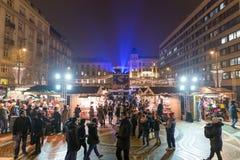 BUDAPEST, UNGARN - 8. DEZEMBER 2016: Touristen genießen das Christma Stockfoto