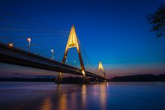 Budapest, Ungarn - die belichtete Megyeri-Brücke über Fluss DaBudapest, Ungarn - die belichtete Megyeri-Brücke über Fluss Danu lizenzfreie stockbilder