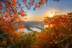 Budapest, Ungarn - Herbst in Budapest Liberty Bridge Szabadsag Hid bei Sonnenaufgang lizenzfreie stockfotos