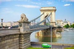 BUDAPEST, UNGARN - 15. JUNI 2016: Dunabe-Fluss mit der berühmten Hängebrücke, die Buda und Plage in Budapest, Ungarn - 15. Juni a Lizenzfreie Stockfotos