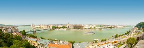 BUDAPEST, UNGARN - 15. JUNI 2016: Panoramablick von Dunabe-Fluss mit der berühmten Hängebrücke, die Buda und Plage in Budapest, H Lizenzfreie Stockbilder