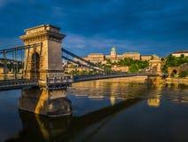 Budapest, Ungarn - Luftpanoramablick von Szechenyi-Hängebrücke mit Buda Castle Royal Palace Stockbilder