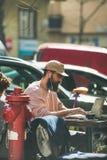 BUDAPEST, UNGARN 22. MÄRZ 2017: Junger Mann, der im Café arbeitet Lizenzfreie Stockfotografie