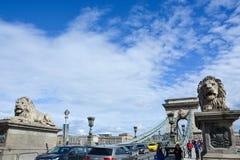 BUDAPEST, UNGARN - 12. MÄRZ 2018: Löwestatue auf dem Ketten-Bri Lizenzfreie Stockfotografie