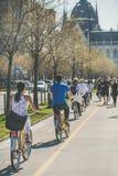 BUDAPEST, UNGARN - 29. MÄRZ 2017: Reitenfahrräder der Leute Stockfotos