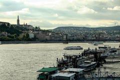 BUDAPEST, UNGARN - 29. MAI 2009: Die Donau in Budapest, Ungarn, mit dem Schloss im Hintergrund Stockfotografie