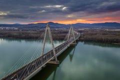 Budapest, Ungarn - Megyeri-Brücke über Fluss Donau bei Sonnenuntergang mit starkem Verkehr und schönem Himmel stockfoto