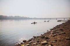 BUDAPEST, UNGARN - 20. OKTOBER 2018: Kajaks auf der Donau in Budapest, Ungarn lizenzfreie stockfotografie