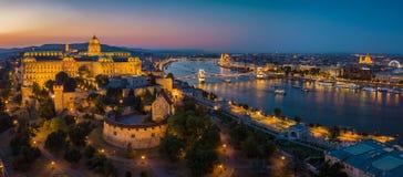 Budapest Ungarn - panoramische Skylinevon der luftansicht von Budapest an der blauen Stunde mit Buda Castle Royal Palace, Szechen stockbilder