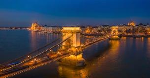 Budapest, Ungarn - panormaic von der Luftansicht der berühmten belichteten Szechenyi-Hängebrücke an der blauen Stunde mit Parl stockbild