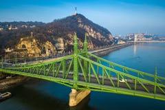 Budapest, Ungarn - schöner Liberty Bridge Szabadsag Hid auf einem Wintermorgen mit Gellert-Hügel lizenzfreies stockbild